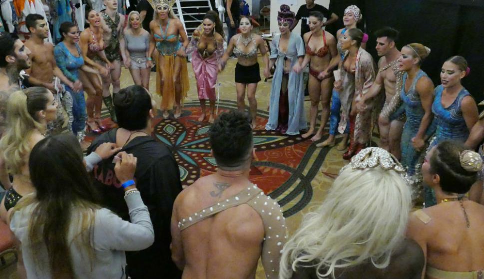 Todo el elenco justo antes de empezar la función
