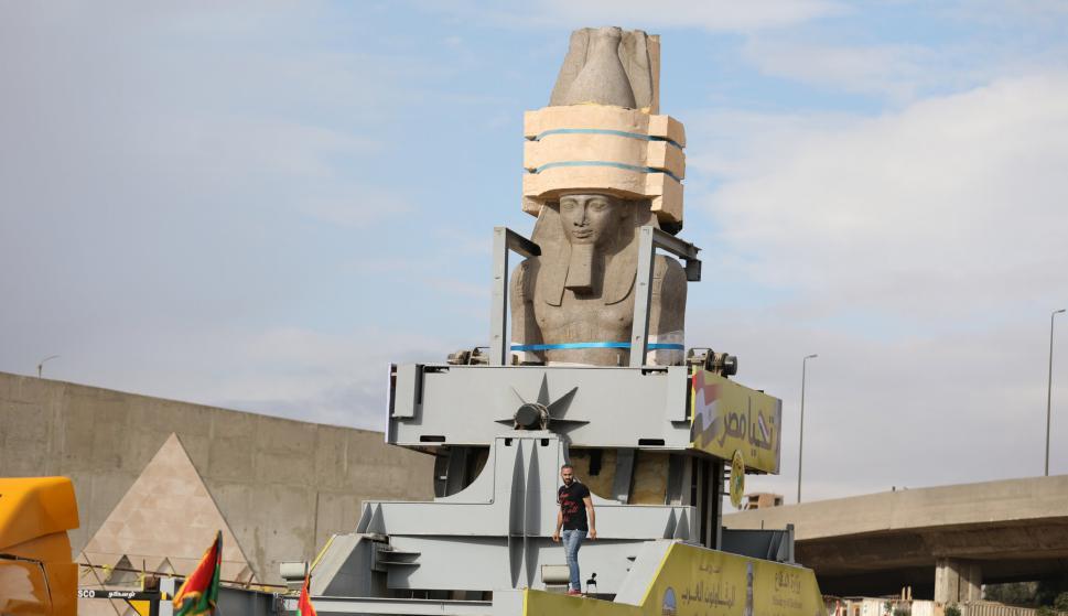 Colosal estatua de Ramses es instalada en el Cairo. Foto: Reuters