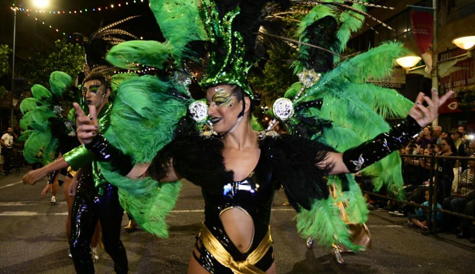 A todo color y música, Montevideo vive el Desfile de Carnaval. Foto: Marcelo Bonjour