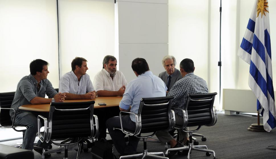 """Los """"autoconvocados"""" con Tabaré Vázquez. Foto: Presidencia"""