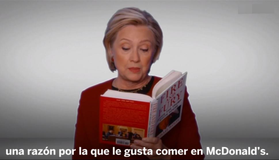 "Hillary Clinton lee un fragmento del libro ""Fire and Fury"" sobre Donald Trump. Foto: Captura."