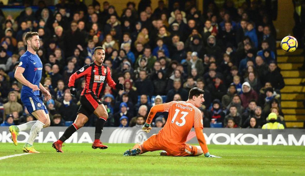 Junior Stanislas define ante Courtois y pone el segundo en el 3-0 de Bournemouth ante Chelsea en Stamford Bridges. Foto: AFP