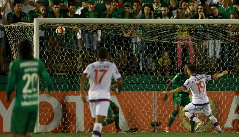 Santiago Romero festeja su gol frente a Chapecoense. Foto: AFP.