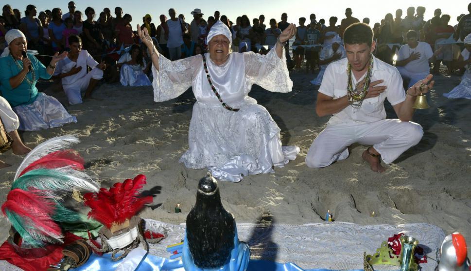 Un mar de gente ofrendó flores y barcas en las fiestas por Iemanjá ...