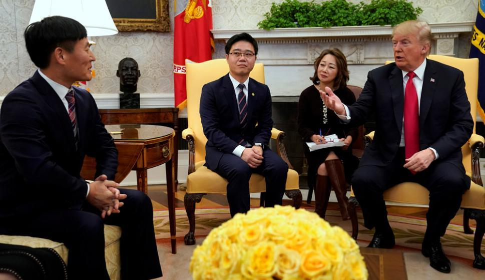Donald Trump recibió ayer viernes a seis desertores norcoreanos en la Casa Blanca. Foto: Reuters