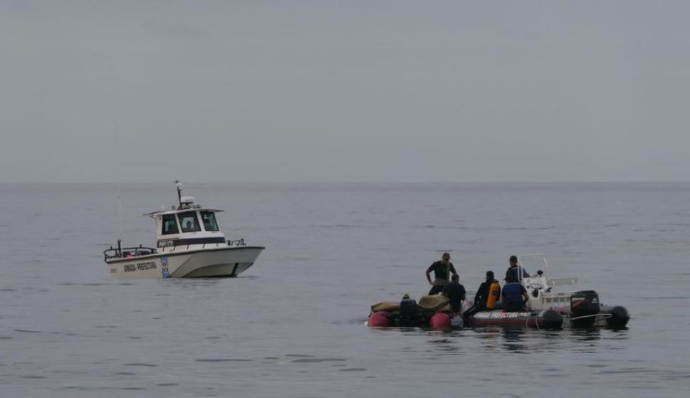 Retiran avión que hizo amerizaje forzoso en Punta del Este. Foto: Ricardo Figueredo