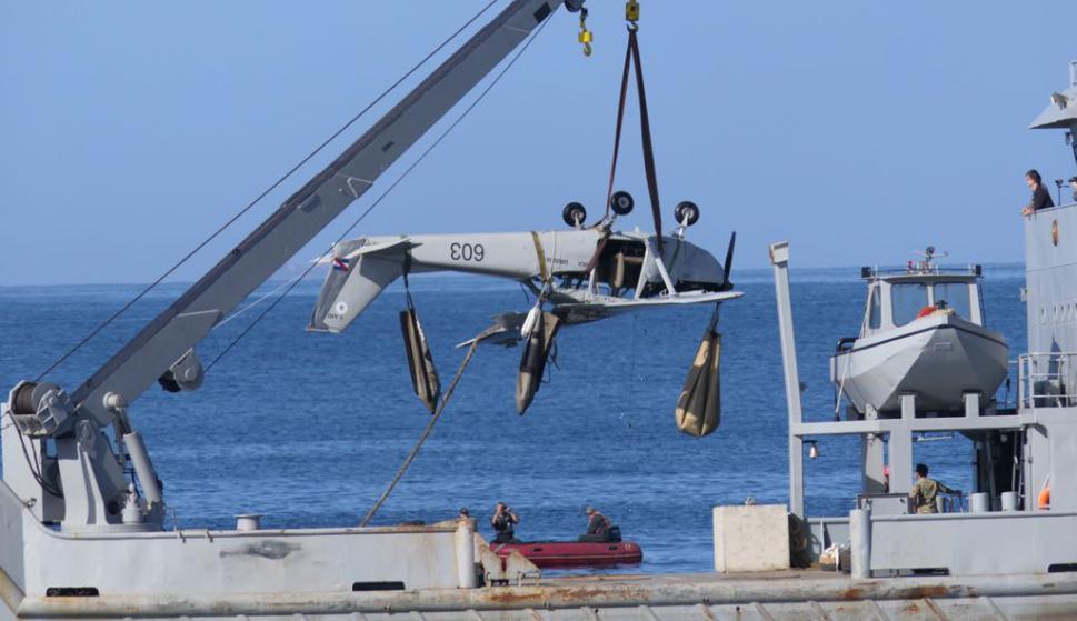 Retiran avión que hizo amerizaje forzoso en Punta del Este. Foto Ricardo Figueredo