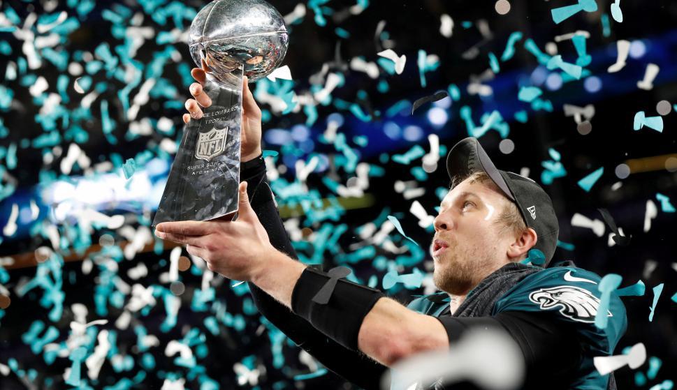 Nick Foles, el jugador de la noche, levanta el trofeo para los Eagles. Foto: Reuters