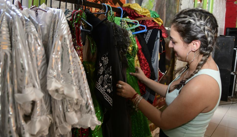 Los integrantes de Mi Morena se prueban la vestimenta que lucirán en el Desfile de Llamadas. Foto: Marcelo Bonjour