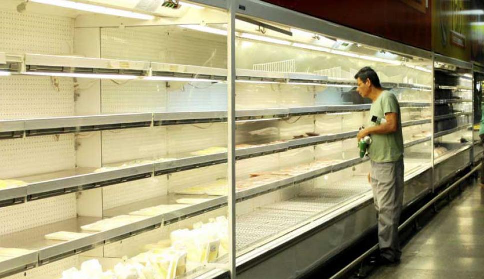 Desde hace meses los supermercados tienen pocos productos y los que hay a precios inalcanzables. Foto: Reuters