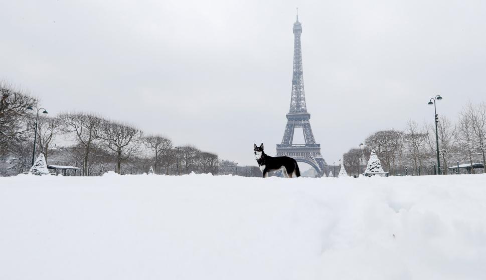 Torre eiffel cubierta de nieve