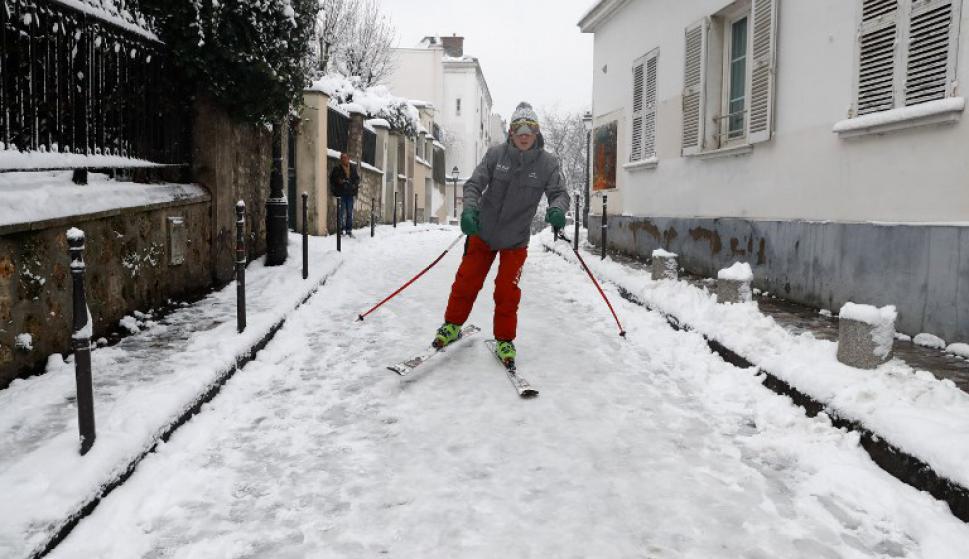 La cantidad de nueve permite que jóvenes se animen a esquiar en la ladera de Montmartre. Foto: AFP