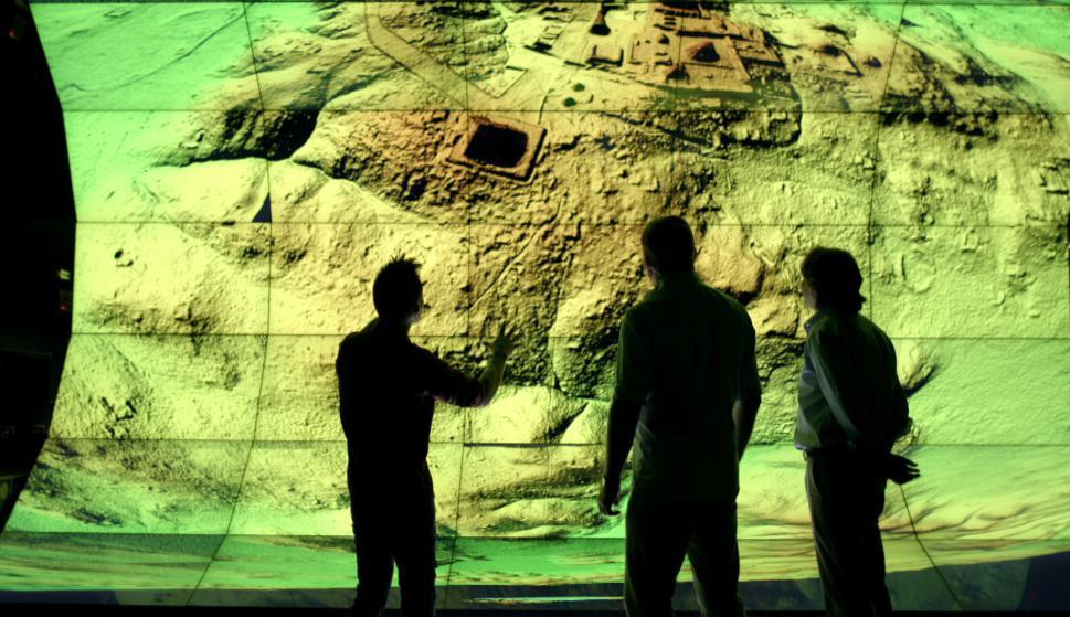 Los investigadores y el mapa LiDra Foto: Cortesía de NatGeo