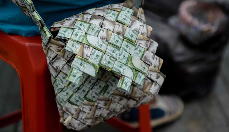 Una cartera hecha con bolívares. Foto: AFP