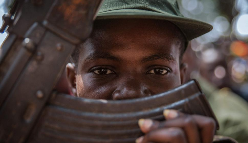 Joven soldado en ceremonia de liberación. Foto: AFP