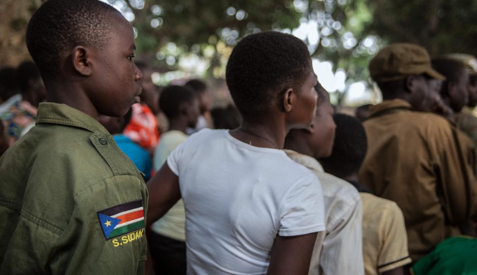 Jóvenes que fueron liberados aguardan en la fila para ser registrados. Foto: AFP
