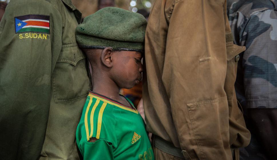Joven que fue liberado aguarda en la fila para ser registrado. Foto: AFP