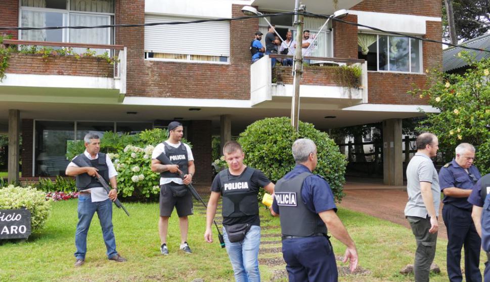 Allanamiento de departamento en busca de las joyas robadas. foto: Ricardo Figueredo