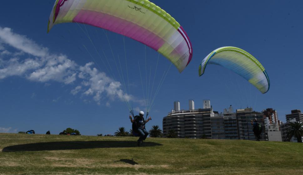 Luego de la técnica de inflado, el alumno junto con el instructor, saltan para sentir el peso del ala. Foto: A. Colmegna