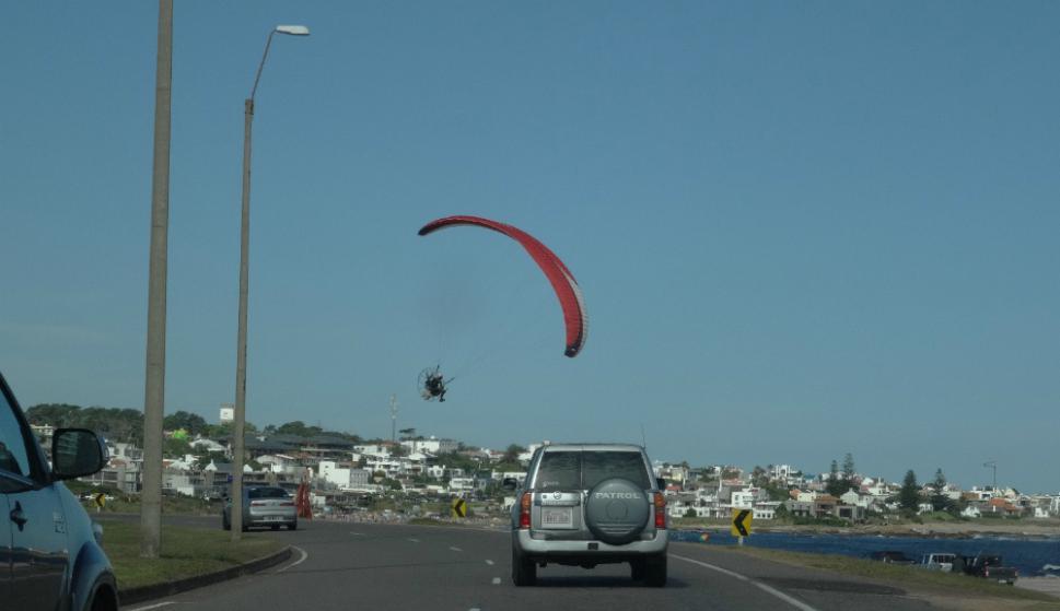 Un paramotor volando sobre las costas de Maldonado. Foto: Ricardo Figueredo
