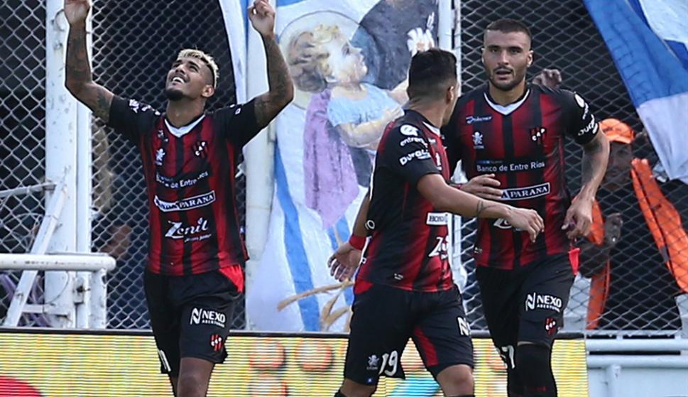 Adrián Balboa y Sebastián Ribas festejando el gol de Patronato. Foto: La Nación / GDA