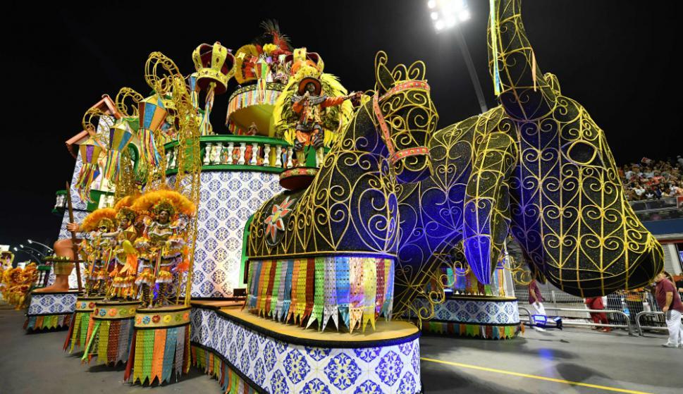 Las escolas coparon las calles de Río con su color, alegría y música. Foto: AFP