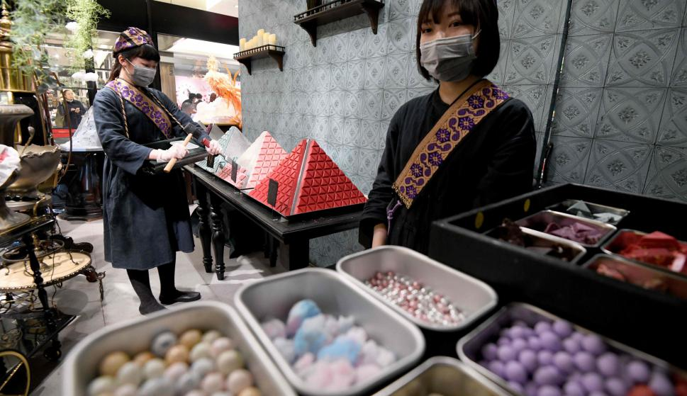 Así preparan el chocolate rosa de San Valentín en Japón. Foto: AFP