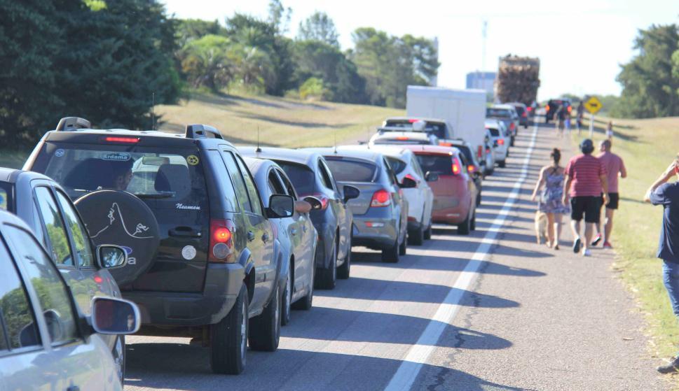 Larga fila de vehículos en el Puente San Martín. Foto: Daniel Rojas