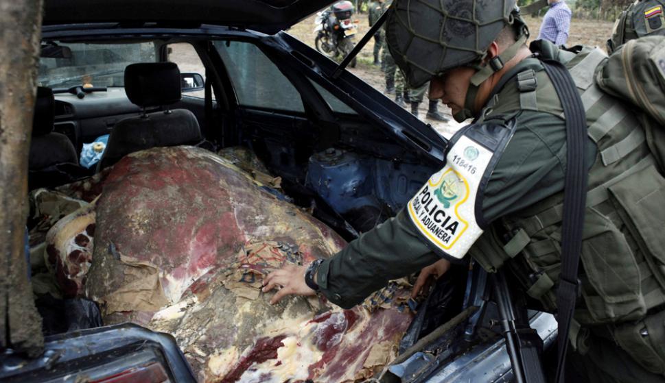 Cúcuta: Militantes colombianos requisan una res que iba a entrar de contrabando a Venezuela. foto: Reuters