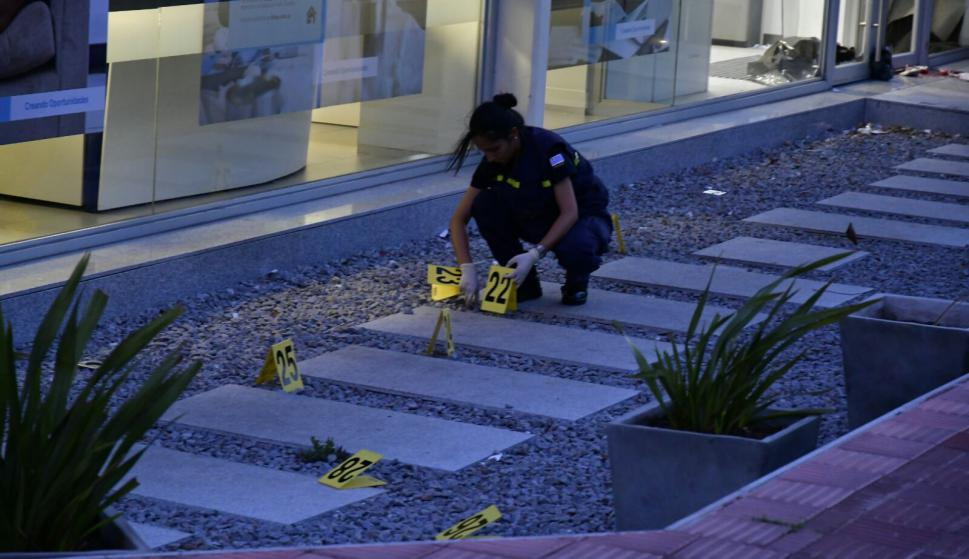 La Policía trabaja en la escena del crimen. Foto: Fernando Ponzetto