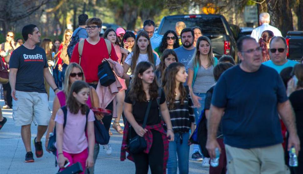 Familiares se reencuentran con alumnos que estaban en el momento del tiroteo. Foto: EFE