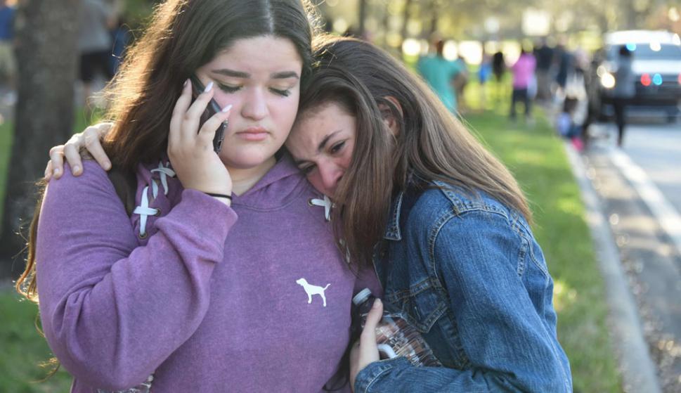 Alumnas de la escuela secundaria Marjory Stoneman Douglas no encuentran explicación a lo que acaba de pasar. Foto: AFP