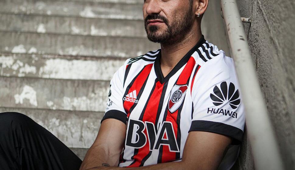 ... River presentó su nueva camiseta tricolor - Fútbol - Ovación - Últimas  noticias de Uruguay y el Mundo actualizadas - Diario EL PAIS Uruguay 96d769ba87e10