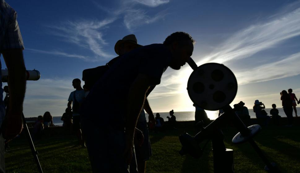 Montevideanos disfrutan el eclipse parcial solar. Foto: Fernando Ponzetto