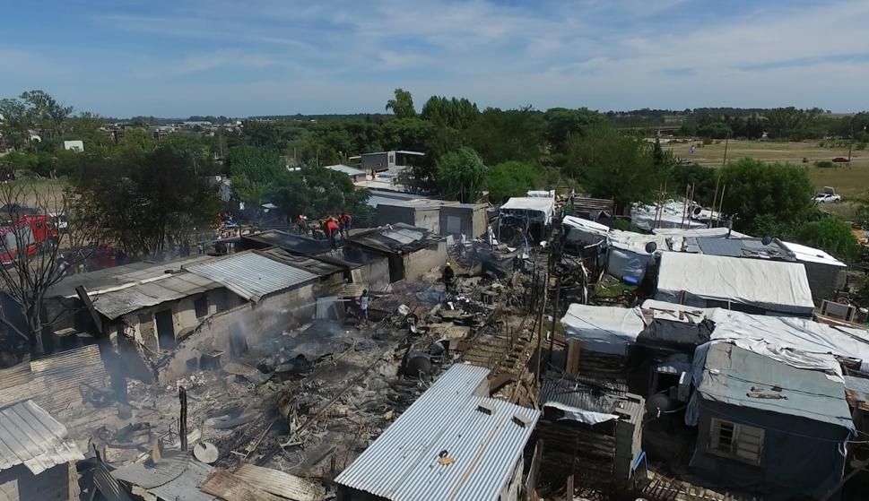 Incendio en asentamiento de Mercedes. Foto: Daniel Rojas.