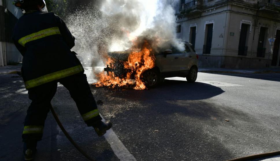 Auto se incendió en el cruce de Zelmar Michellini y Maldonado. Foto: Fernando Ponzetto