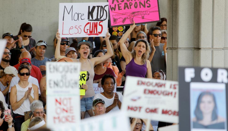 Estudiantes están decididos a que se considere un cambio para restringir la venta de armas. Foto: Reuters