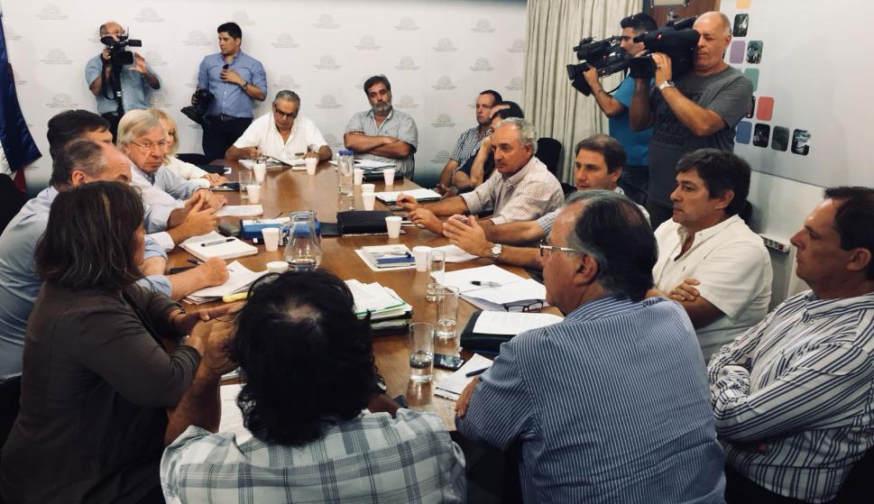 Ministros con gremiales durante reunión. Foto: Guillermo Crampet