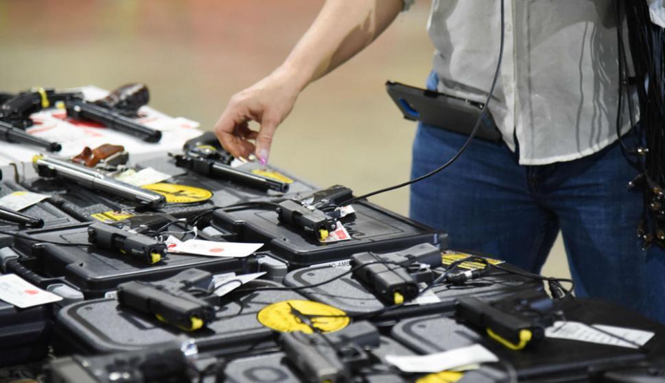 Los responsables de varios tiroteos compraron armas pese a tener antecedentes criminales. Foto: AFP
