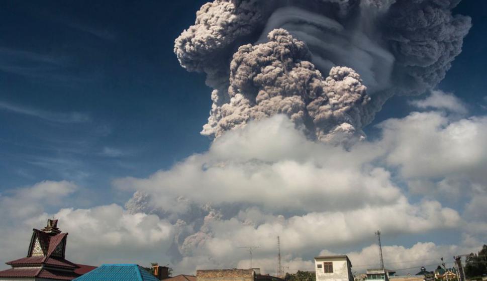 Erupción volcánica del Monte Monte Sinabung. Foto: AFP