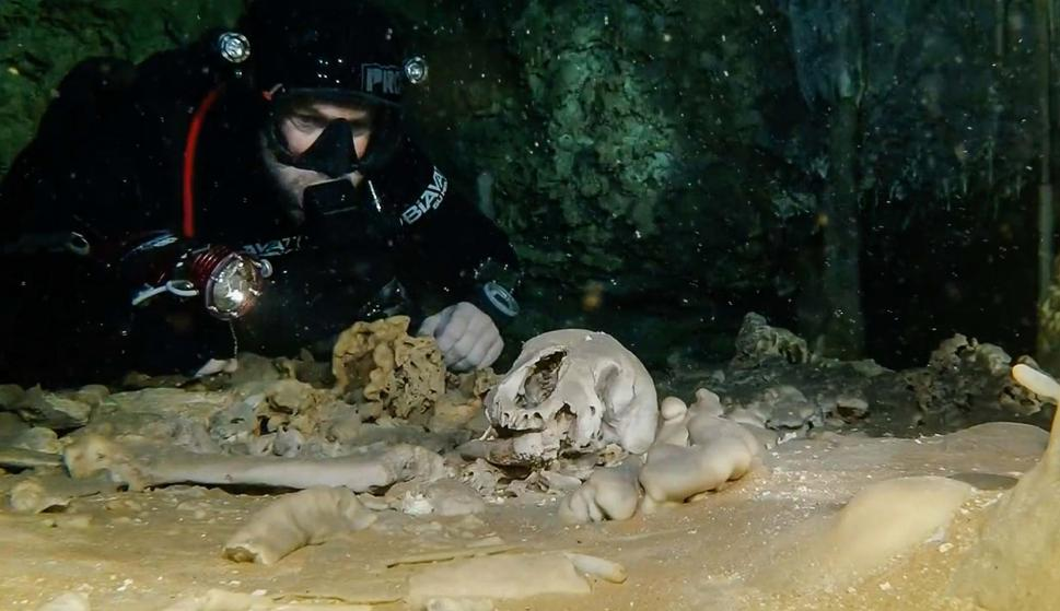 Hallan huesos de más de dos millones de años en cueva inundada. Foto: AFP