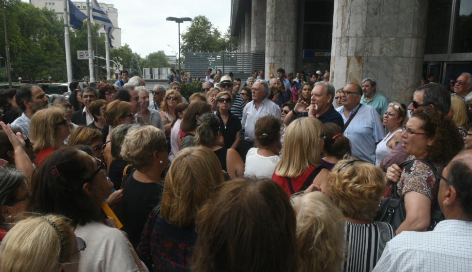 Deudores reclaman frente al Banco Hipotecario. Foto: Francisco Flores