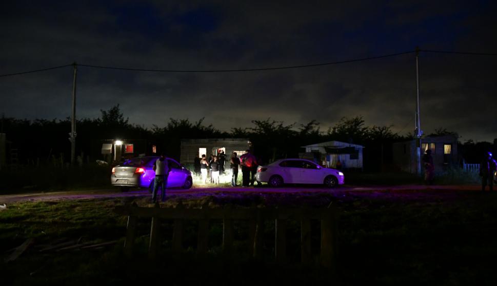 """El operativo para localizar al """"Kiki"""" conmovió el asentamiento """"Don Márquez"""". Foto. Fernando Ponzetto"""