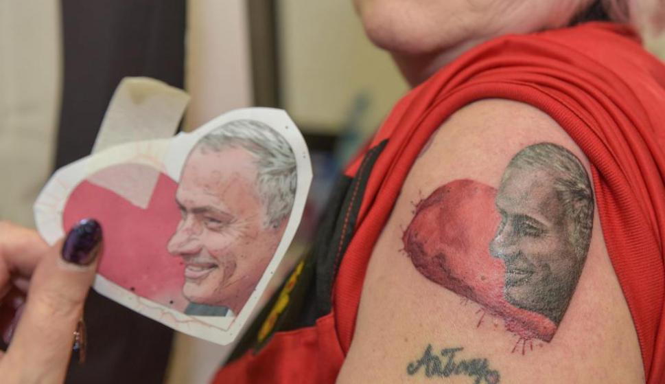 Esta abuela es fanática de Mourinho. Fotos: Carters News Agency