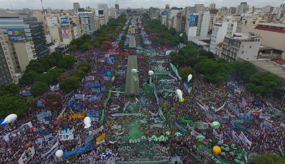 Unas 400.000 personas según los organizadores coparon ayer la 9 de Julio en el centro de Buenos Aires. Foto: La Nación / GDA