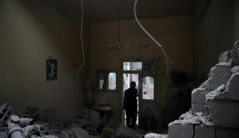 La población obligada a vivir en los escombros. Foto: Reuters
