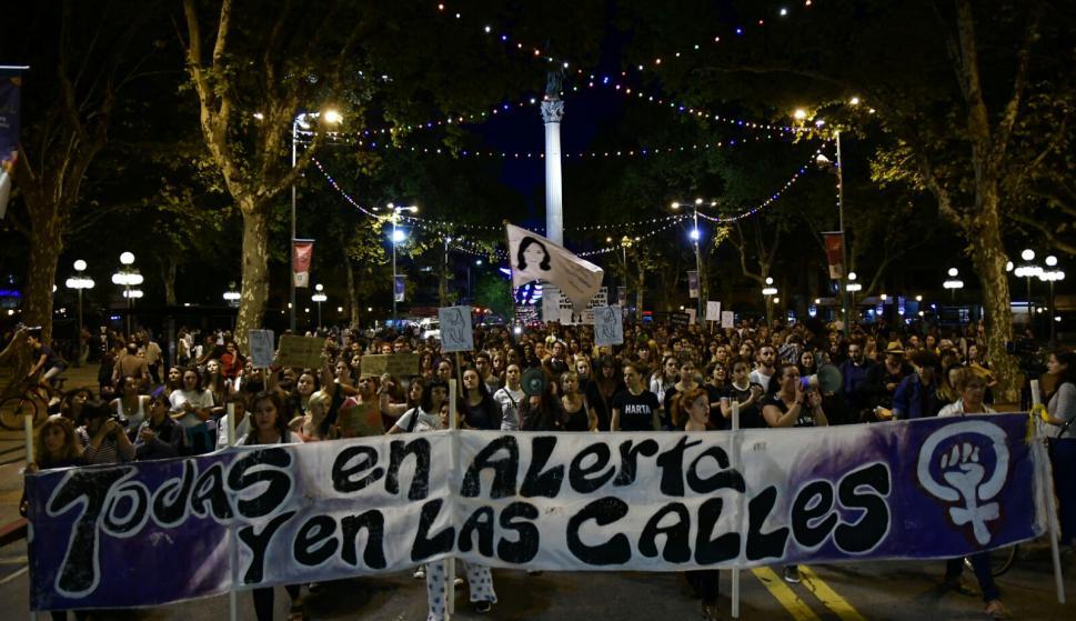Mujeres marchan tras una jornada de horrores. Foto: Fernando Ponzetto