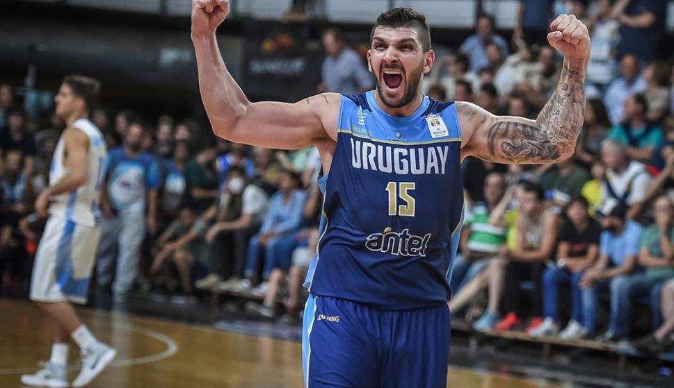 Esteban Batista festeja una histórica victoria de Uruguay ante Argentina. Foto: FIBA