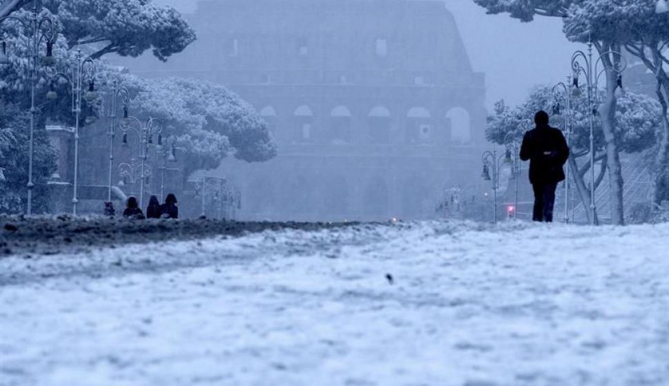 Nieve cubre Roma en bello pero inusual escenario (FOTOS)