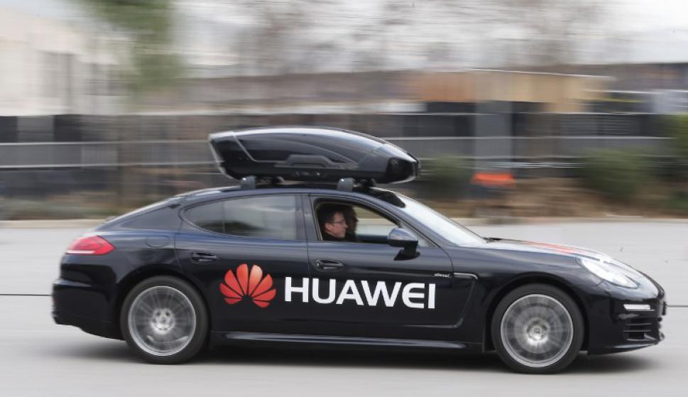 El Porsche que se maneja con un Huawei. Foto: AFP
